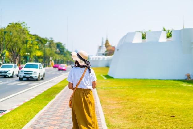 Счастливая азиатская женщина гуляя на улицу