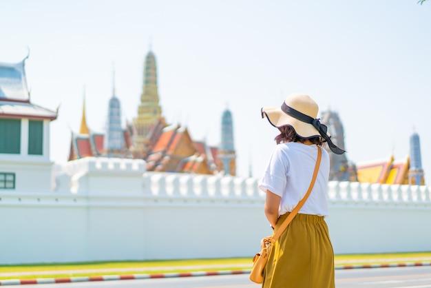 Счастливая азиатская женщина посещая висок