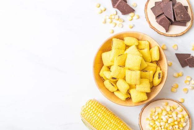 チョコレートとトウモロコシのボウルにチョコレートのペストリー