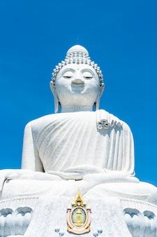 青い空と白い大理石の大仏