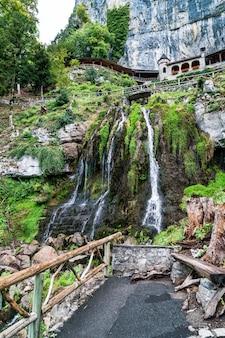 聖ビータス洞窟とスイス、サンドラウエネンのチューナー湖の上の滝。