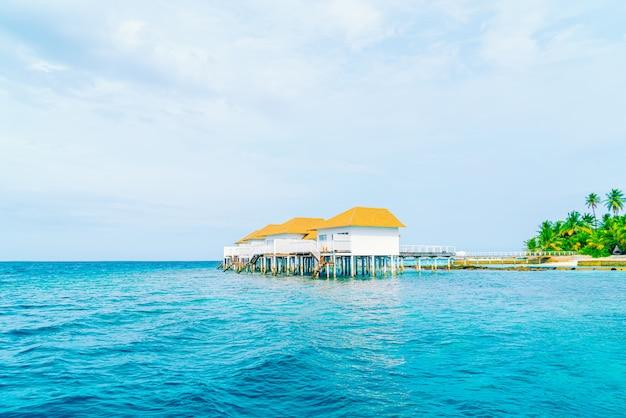 Тропический курортный отель на мальдивах и остров с пляжем и красивым небом