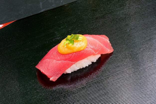 Свежие суши из тунца