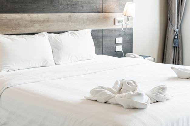 Красивое полотенце на кровати