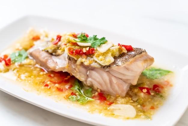 ハタの蒸し魚のフィレとライムドレッシングのチリライムソース