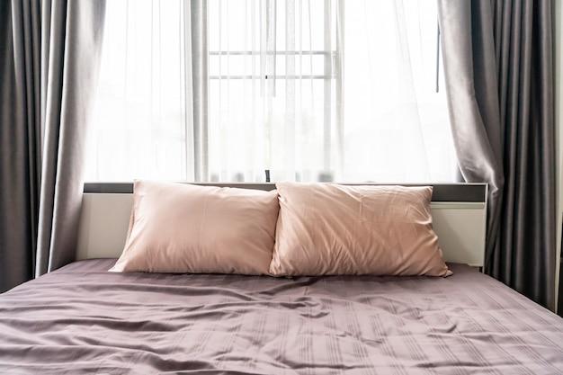 ベッドの上に快適な枕