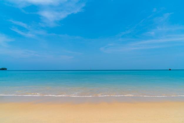 Красивый тропический пляж и море на райском острове