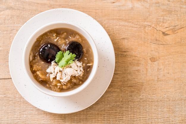 カニと赤肉のスープで魚の煮込み