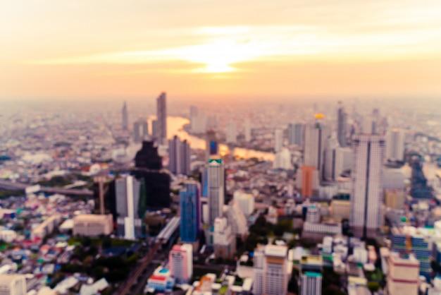 夕暮れ時のタイのバンコクの街並みをぼかし