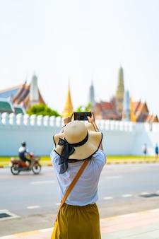 Счастливое азиатское путешествие женщины в таиланде