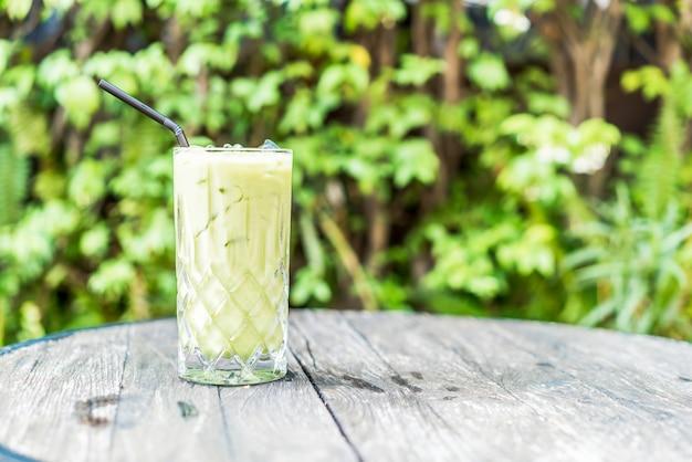 テーブルの上のアイス抹茶グリーンティーグラス