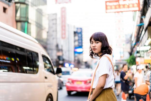 タイ、バンコクのチャイナタウンでビューを持つ若いアジア女性旅行者