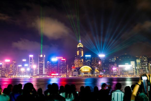夜の香港の街並み