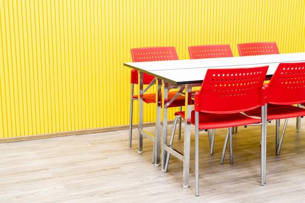 空のテーブルと部屋の赤い椅子