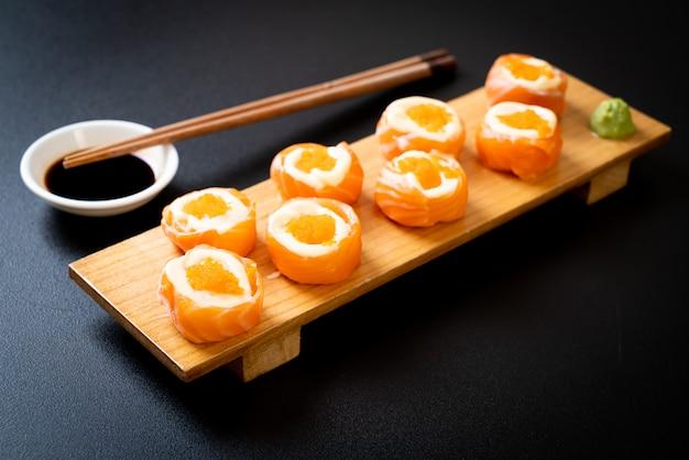 マヨネーズとエビの卵が入った新鮮なサーモン巻き寿司
