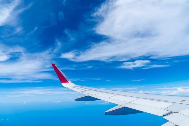 航空機の窓から見た雲と空