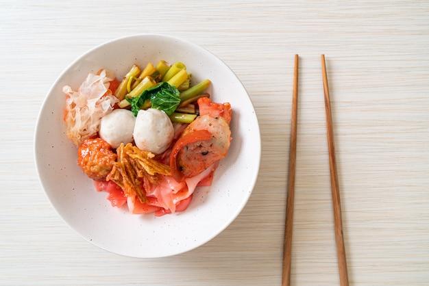 (イェンタフー)-豆腐と魚のボールの盛り合わせと辛いタイ風ヌードル