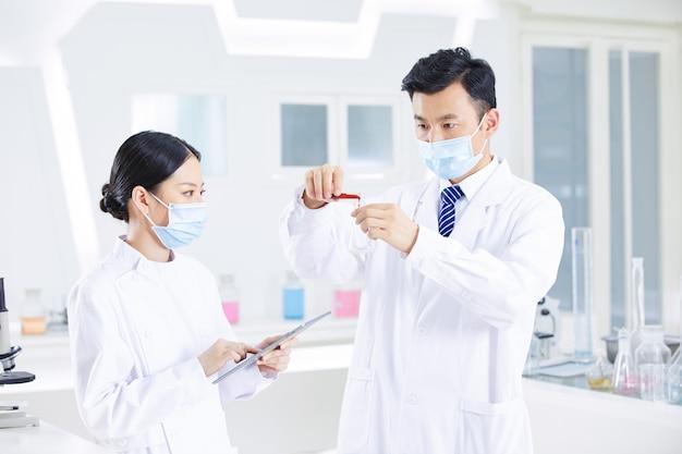医師と看護師は実験を行っています。