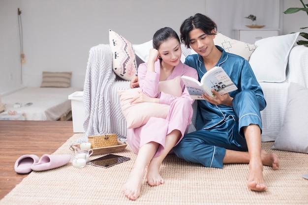 カップルは家で一緒に読みます。