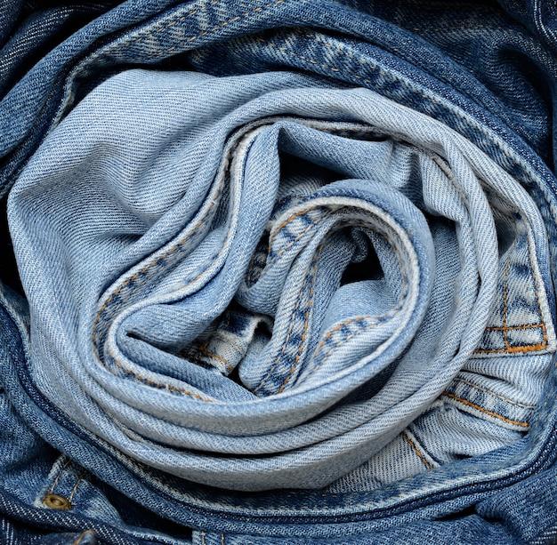 Синие джинсы в круглой драпировке
