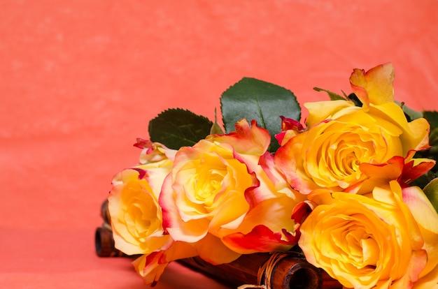 Желтые розы на бамбуковом подносе