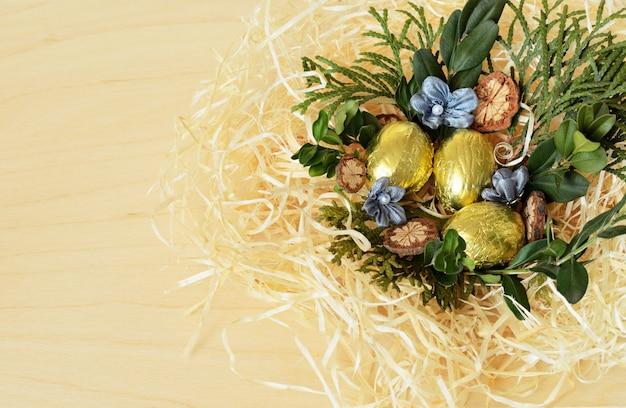 Золотые пасхальные яйца в корзине гнезд