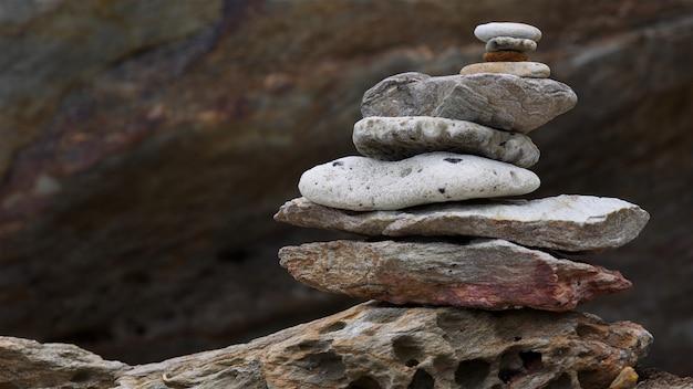 海石、岩、小石、サンゴのスタックタワーのバランス