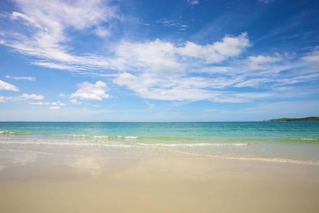 夏の日に明るい青空の下でビーチと熱帯の海