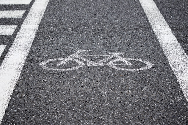 白い反射塗装自転車サイン、横断歩道の道路上の自転車レーン