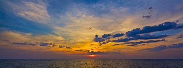 バナーの背景の夏の時間で熱帯の海の夕日