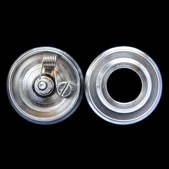 Одна микро катушка в высококачественном восстанавливаемом капельном распылителе для ароматизатора, изолированная на черном фоне