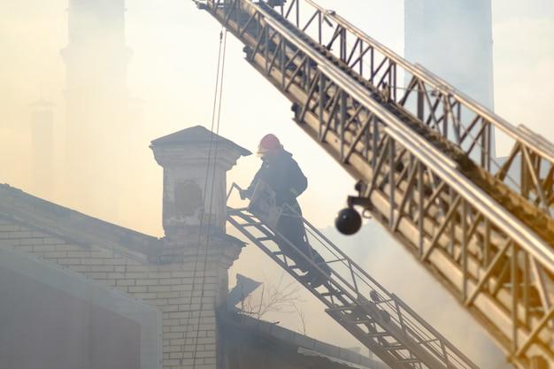 Пожарный на работе