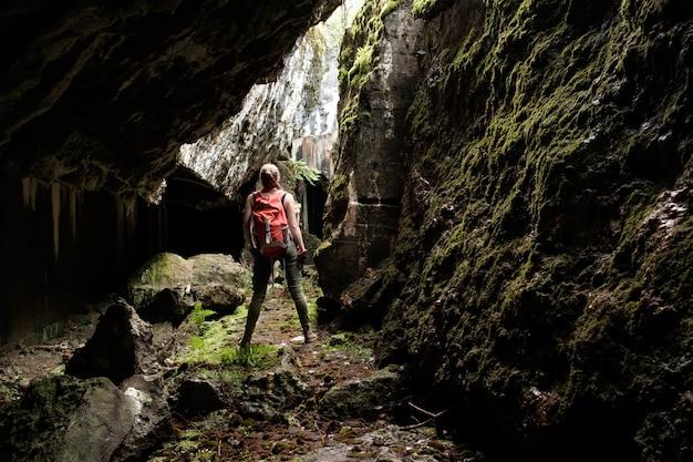 古代の要塞洞窟を探索する