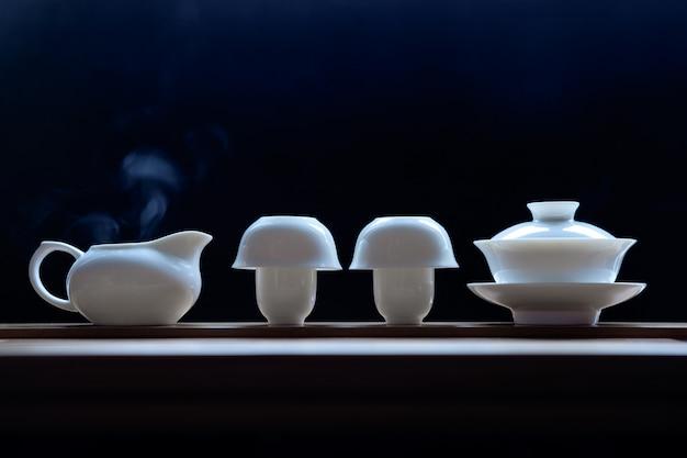 Чайная церемония на бамбуковом столе