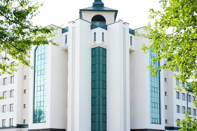 緑の窓がある近代的な病院または銀行の建物