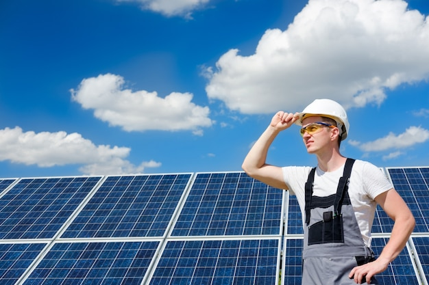 白いヘルメットの太陽電池パネルエンジニアワーカー