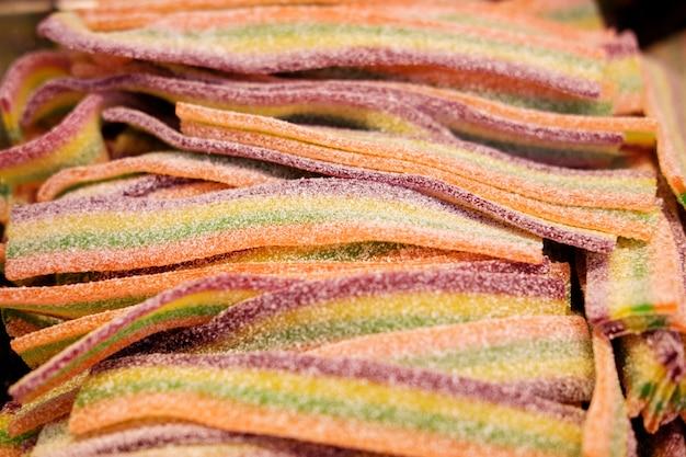 Разноцветные липкие черви, посыпанные сахаром