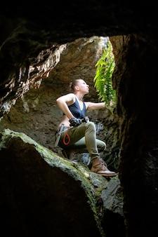 Молодая женщина исследует древнюю пещеру