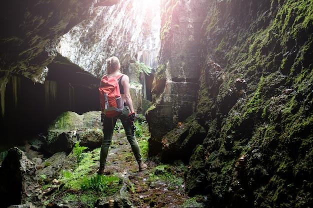 Исследуйте древнюю пещеру крепости