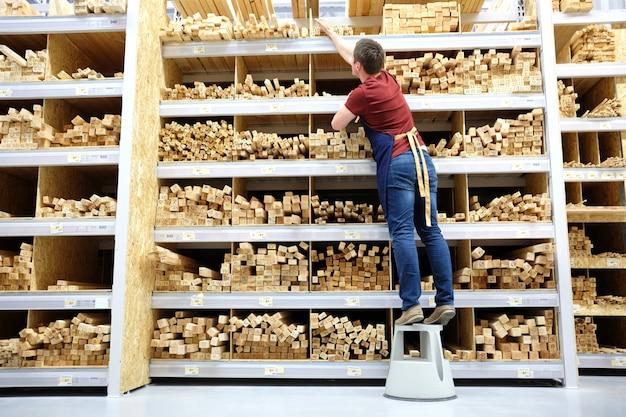 建設店や倉庫の木材セクションで働く労働者または販売者