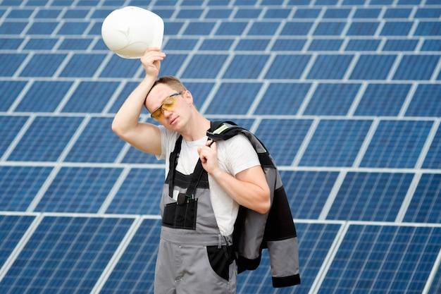 Инженер солнечных батарей с белой бочкой