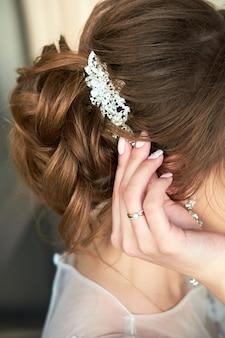 花嫁は髪に髪留めを留める