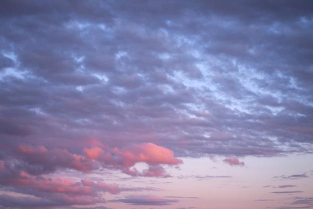 ピンクと青い夜の空