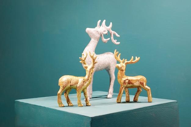 Новогодние золотые и серебряные декоративные игрушки оленей