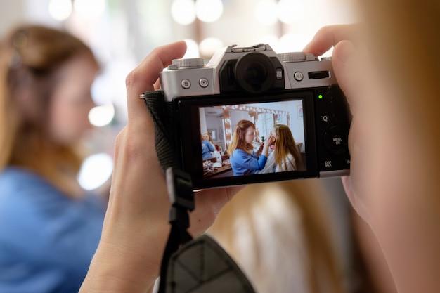 仕事でカメラマン撮影メイクアップアーティスト、カメラをクローズアップ