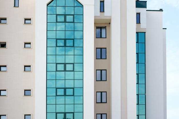 緑の窓のある近代的な病院または銀行の建物