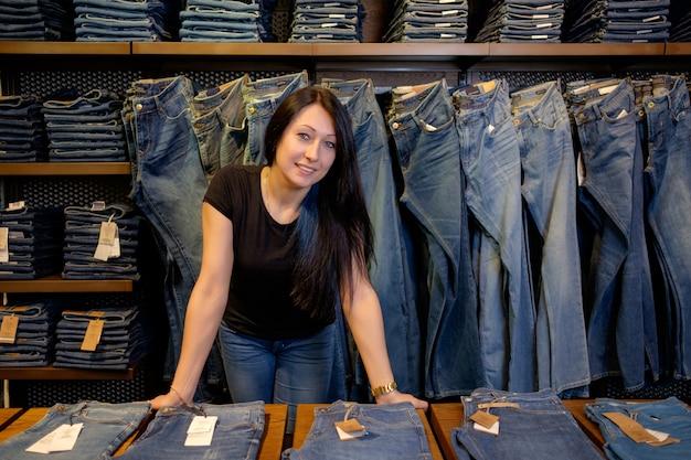 Продавец в магазине джинсов