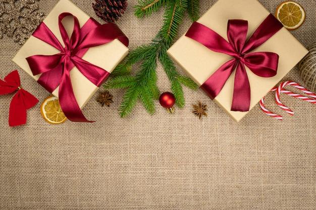 リネンテクスチャ背景に分離されたクリスマスの装飾。