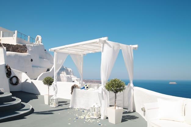 Свадебные украшения на острове санторини, греция, фира.