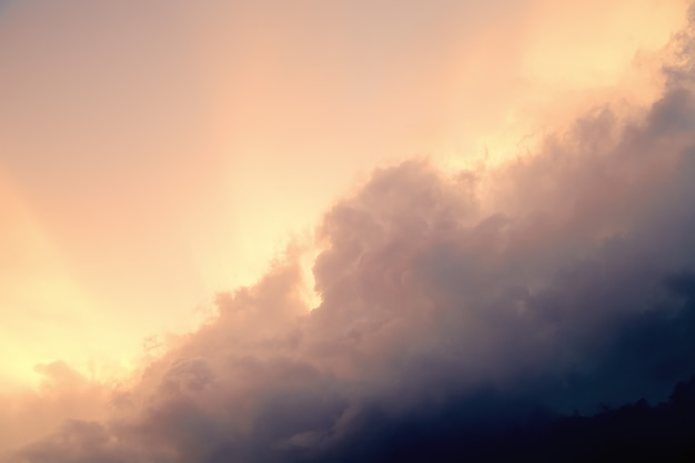 Небо перед бурей, грозовые тучи и закат. винтажное небо.